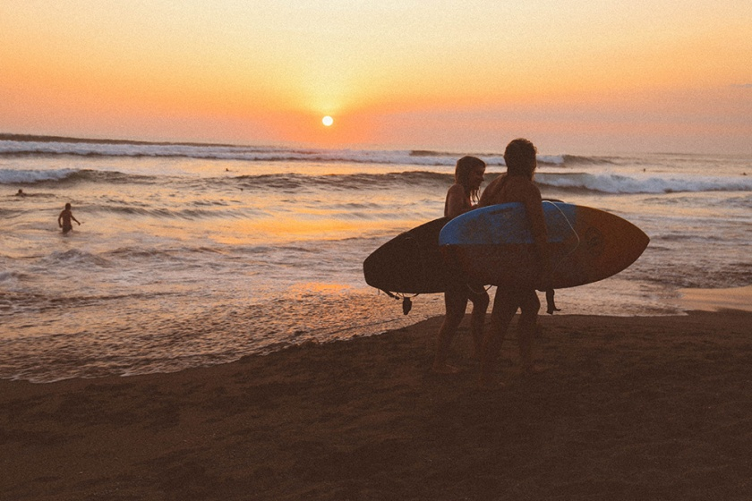 canggu-batu-bolong-beach-girls-surfing