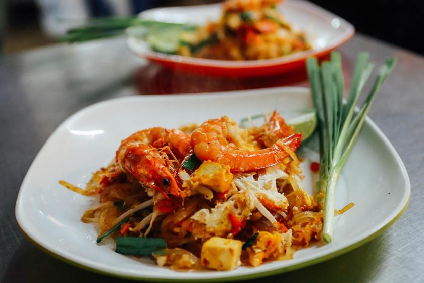 Bangkok thailand street food pad thai delicious 3