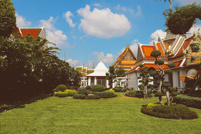 Bangkok wat arun thailand temple green grounds